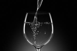 水をゆっくり飲む